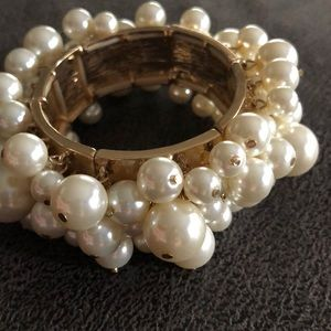 Pearl and gold stretch bracelet